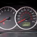 Acelerar en exceso el motor cuando está frío.